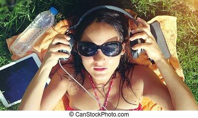 beau, song., femme, lunettes soleil, sommet, jeune, herbe, musique écouter, 3840x2160, vue, chant, mensonge