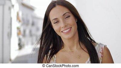 beau, sourire, appareil photo, jeunes femmes