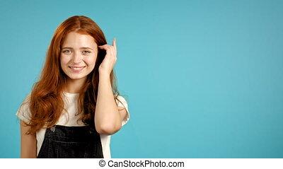 beau, studio, mignon, arrière-plan., mur, space., copie, girl, regarder, appareil-photo., coiffure, général, portrait, jeune femme, rouges, bleu