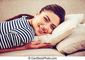 beau, tête, femme, elle, prendre, temps, jeune, relax., divan, quoique, penchant, sourire, oreiller, mensonge