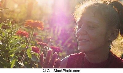 beau, touchers, mode, romantique, soleil, nature., beauté, parc, temps, âge, slowmotion., femme, par, effets, mûrir, flamme, coucher soleil, fleurs, lense, caucasien, 1920x1080