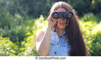 beau, très, binoculars., longs cheveux, par, regarde, girl
