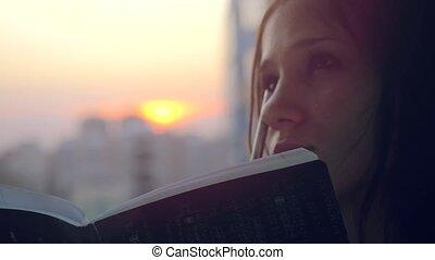 beau, ville, femme, notes, quelques-uns, jeune, cahier, coucher soleil, confection, important
