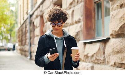 beau, ville, marche, smartphone, technologie, bouclé, communication, concept., moderne, texting, café, cheveux, tenue, sombre, utilisation, girl, alone., amis, boissons