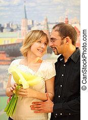 beauté, bouquet, embrasser, lunettes, regarder, autre, blonds, chaque, girl, fleurs, homme souriant