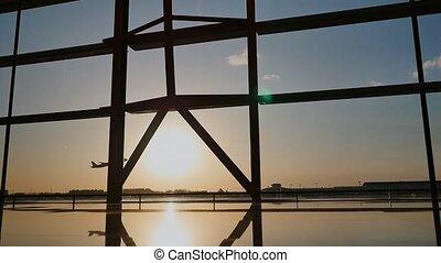 beijing, silhouette, prendre, aéroport, coucher soleil, fenêtre., fond, fermé, avion