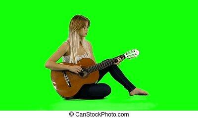 belle femme, écran, guitar., jeune, jouer, désinvolte, vert, caucasien