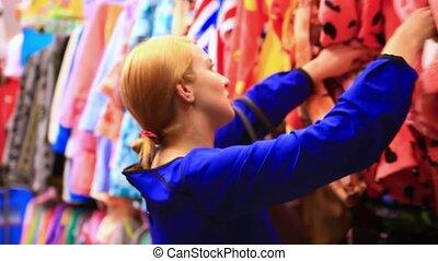 belle femme, achats, acheteur, clothes., regarder, intérieur, model., femme, store., hd., blond, habillement, caucasien, 1920x1080
