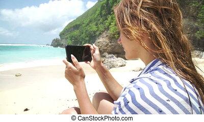 belle femme, bali, photo, prendre, indonésie, téléphone, utilisation, plage