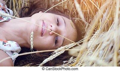 belle femme, blé, romantique, mensonges, jeune, longs cheveux, champ, slowmotion., 1920x1080