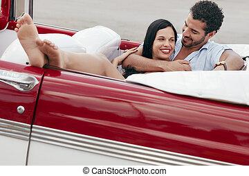 belle femme, cabriolet, voiture, étreindre, homme