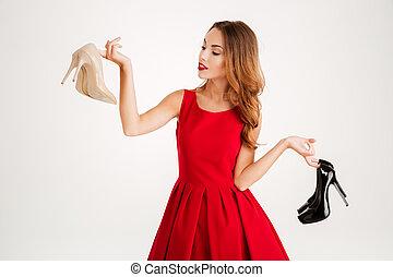 belle femme, chaussures, élevé, tenue, talons, heureux