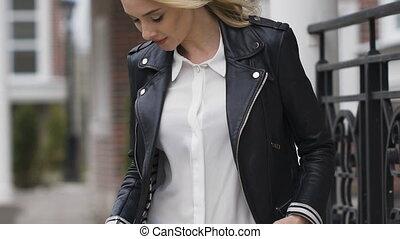 belle femme, coat., jeune, noir, poser, blond, gentil