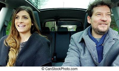 belle femme, conduite, voiture, conversation, homme souriant, heureux