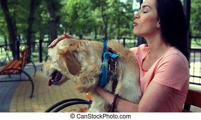 belle femme, elle, chien, temps, sourire, apprécier