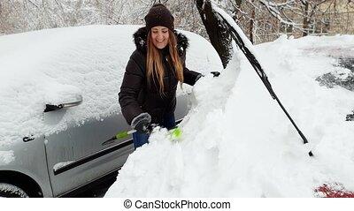 belle femme, elle, enlever, neige, jeune, vidéo, 4k, lot, stationnement, sourire, brish, voiture