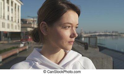 belle femme, heureux, rue, portrait, été, jeune, poser