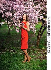 belle femme, jardin, printemps, arbre, jeune, fleurir