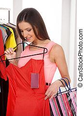 belle femme, jeune, shopping., rouges, tenue, vente au détail, robe, magasin