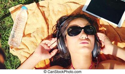 belle femme, lunettes soleil, jeune, herbe, écoute, 3840x2160, music., mensonge