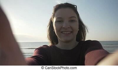 belle femme, lunettes soleil, prendre, quoique, mouvement, téléphone, rotation, lent, mer, utilisation, sourire, apprécier, plage, selfie