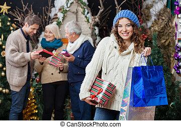 belle femme, magasin, noël, famille