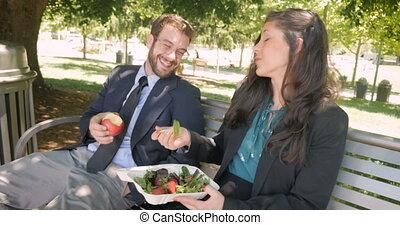 belle femme, manger, sain, flirter, nourriture, autre, chaque, homme