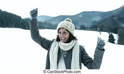 belle femme, nature hiver, ensoleillé, promenade, personne agee