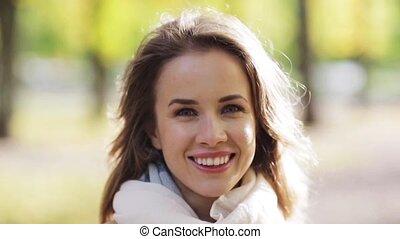 belle femme, parc, jeune, automne, sourire heureux