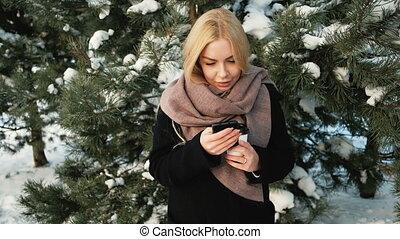 belle femme, pins, messages, snow., couvert, chèques