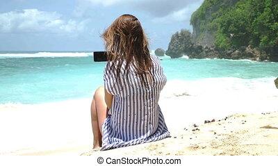 belle femme, prendre, téléphone, coucher soleil, utilisation, plage, selfie