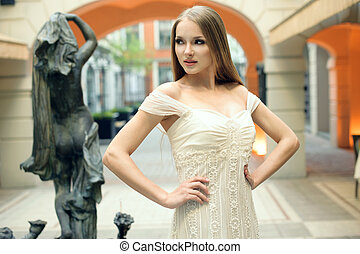 belle femme, projection, jeune, rue, poser, robes