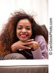 belle femme, sofa, jeune, noir, heureux