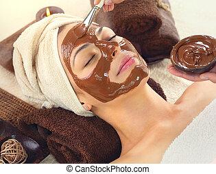 belle femme, spa., délassant, masque, jeune, figure, demande, spa, chocolat, salon