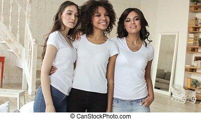 belles filles, avoir, chemises, amusement, blanc, sourire