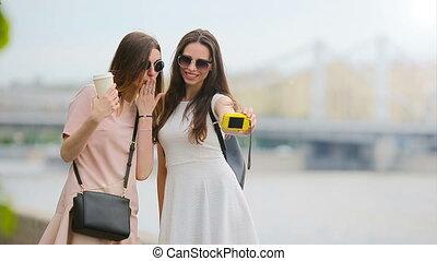 belles filles, jeune, selfie., amusement, confection, avoir