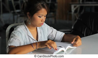 bible, elle, jeune, fille asiatique, lecture