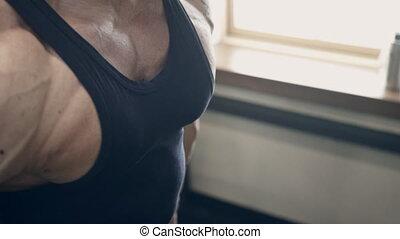biceps, athlète mâle, boucles, indoors., haltère, gymnase