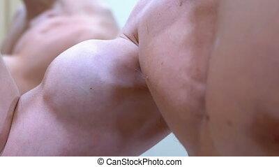 biceps, jeune, haut, homme, pompé, main