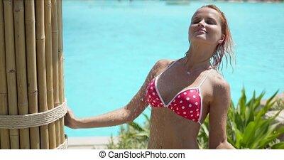 bikini, femme, prendre, douche, polka, poolside, point