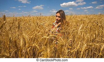 blé, jeune, champ, appareil photo, regarde, girl, assied