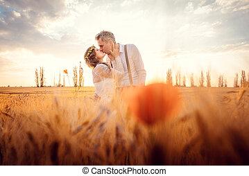 blé, romantique coupler, champ, monture, mariage, baisers