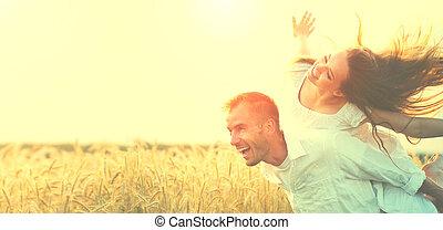 blé, sur, avoir, champ, coucher soleil, dehors, amusement, couple, heureux