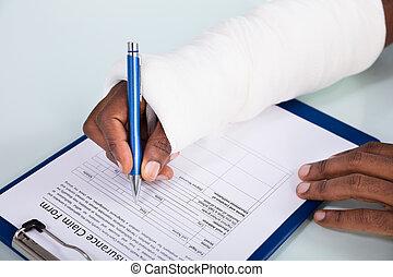blessé, réclamation, formulaire, remplissage, assurance, homme
