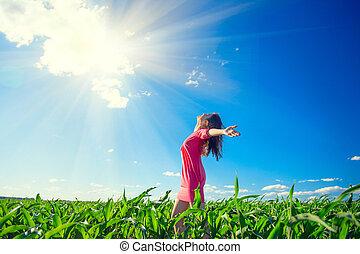 bleu, été, femme, beauté, sky., sain, sur, mains, jeune, champ, levée, dehors, girl, apprécier, clair, nature, heureux