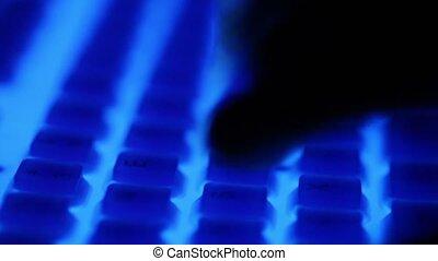 bleu boutonne, doigts, sombre, clavier, presse, rétroéclairage