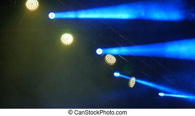 bleu, concert, lumière, scène, fumée jaune, rocher, clignotant