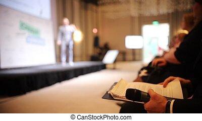 bleu, conférence, documents, business, séance, -, conversation, déguisement, autre, homme, chaise, lecture, salle, étape