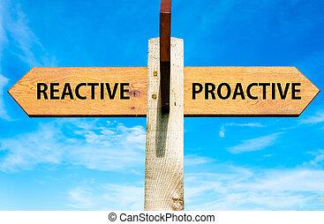 bleu, contre, ciel clair, opposé, bois, poteau indicateur, sur, flèches, deux, comportement, réactif, messages, image conceptuelle, proactive