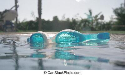 bleu, ensoleillé, surface, lunettes protectrices, closeup, ouvert, jour, piscine